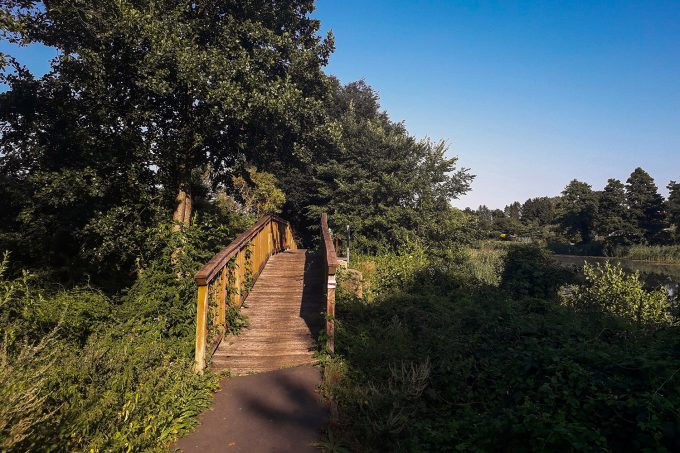 Eine Holzbrücke über den Finowkanal im schönen Naturpark Barnim, Barnimer Land, Brandenburg.
