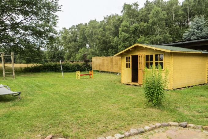 Der Garten des Ferienhauses Tulpe in Wandlitz, Ortsteil Stolzenhagen, im schönen Naturpark Barnim, Barnimer Land, Brandenburg.