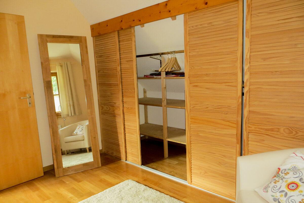 Das Schlafzimmer mit Kleiderschrank des Ferienhauses Tulpe in Wandlitz, Ortsteil Stolzenhagen, im schönen Naturpark Barnim, Barnimer Land, Brandenburg.