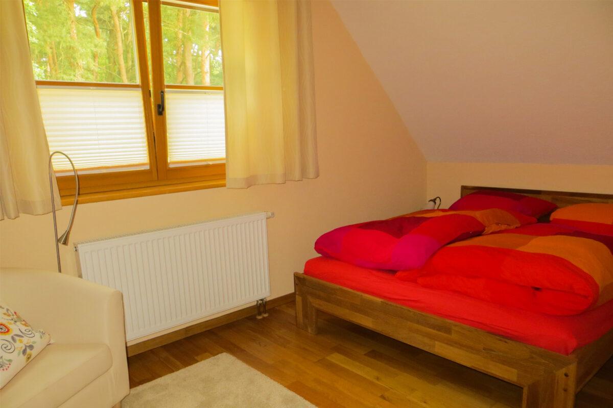Das Schlafzimmer des Ferienhauses Tulpe in Wandlitz, Ortsteil Stolzenhagen, im schönen Naturpark Barnim, Barnimer Land, Brandenburg.