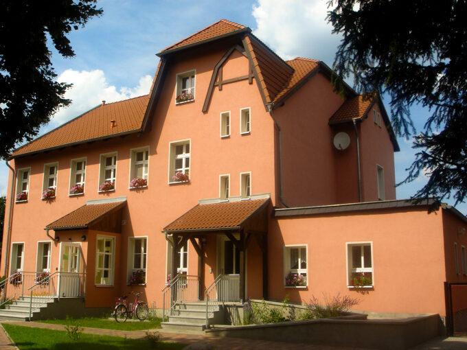 Außenansicht des Touristischen Begegnungszentrums Lindengarten in Melchow, im schönen Naturpark Barnim, Barnimer Land, Brandenburg.