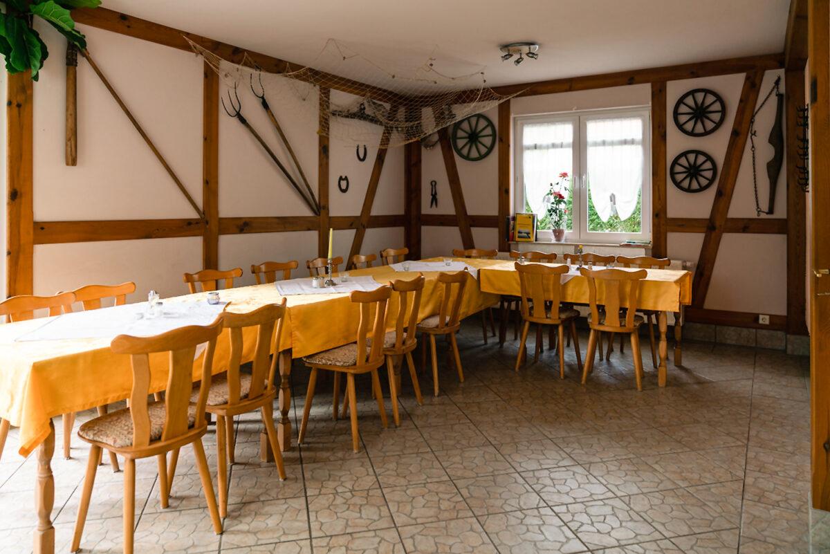 Der Innenbereich der Gaststätte und Pension Zur Dampflok in Wandlitz, im schönen Naturpark Barnim, Barnimer Land, Brandenburg.