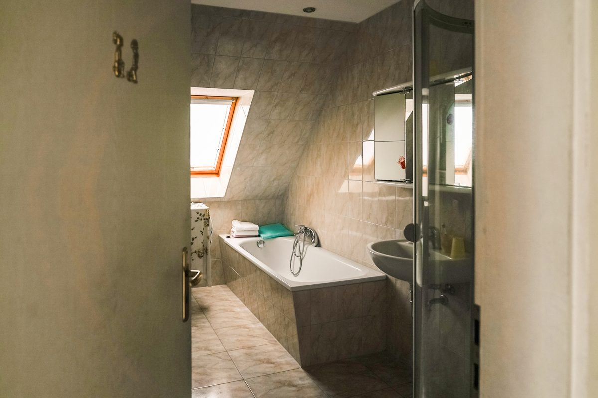 Das Badezimmer in einem der Gästezimmer der Gaststätte und Pension Zur Dampflok in Wandlitz, im schönen Naturpark Barnim, Barnimer Land, Brandenburg.