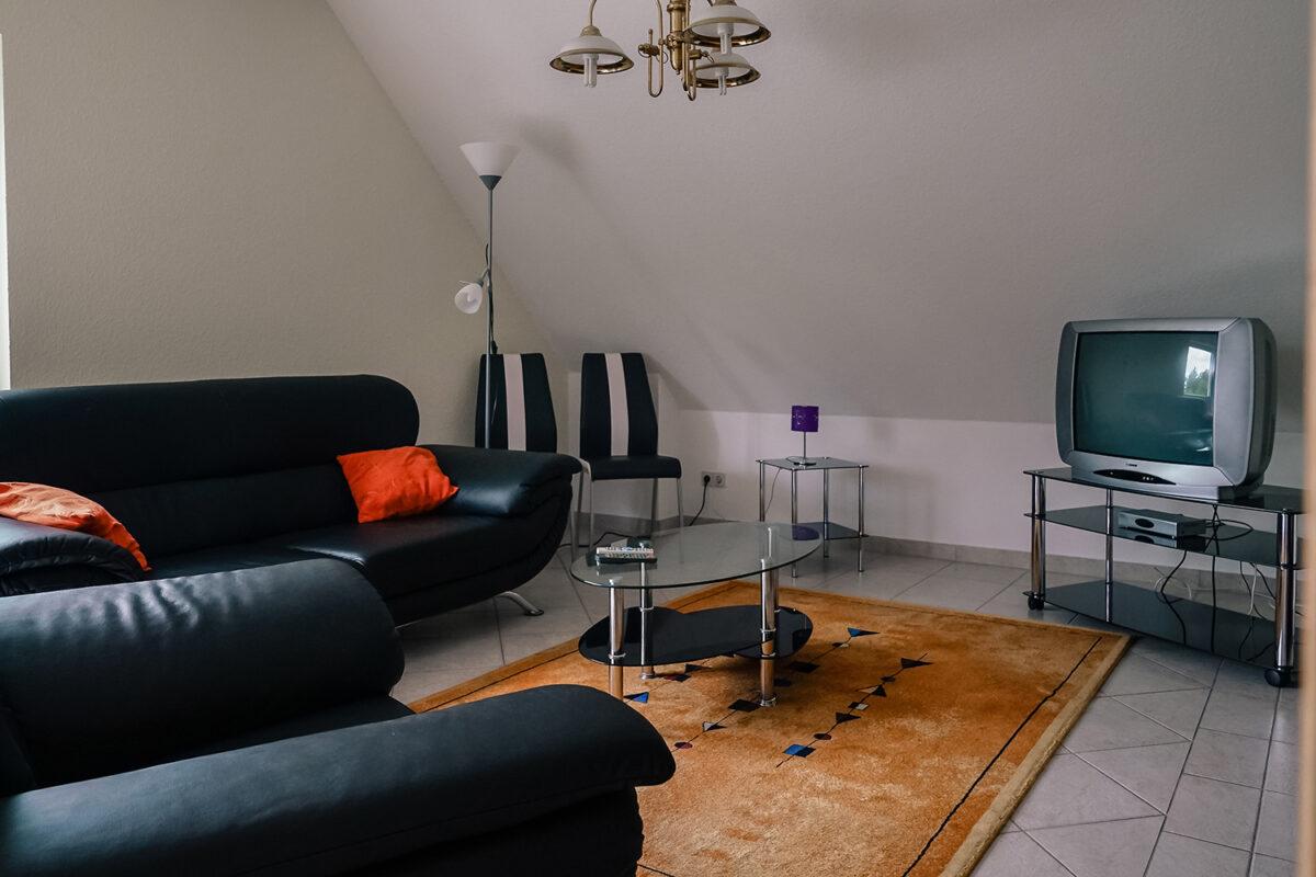 Das Wohnzimmer in der Ferienwohnung der Gaststätte und Pension Zur Dampflok in Wandlitz, im schönen Naturpark Barnim, Barnimer Land, Brandenburg.