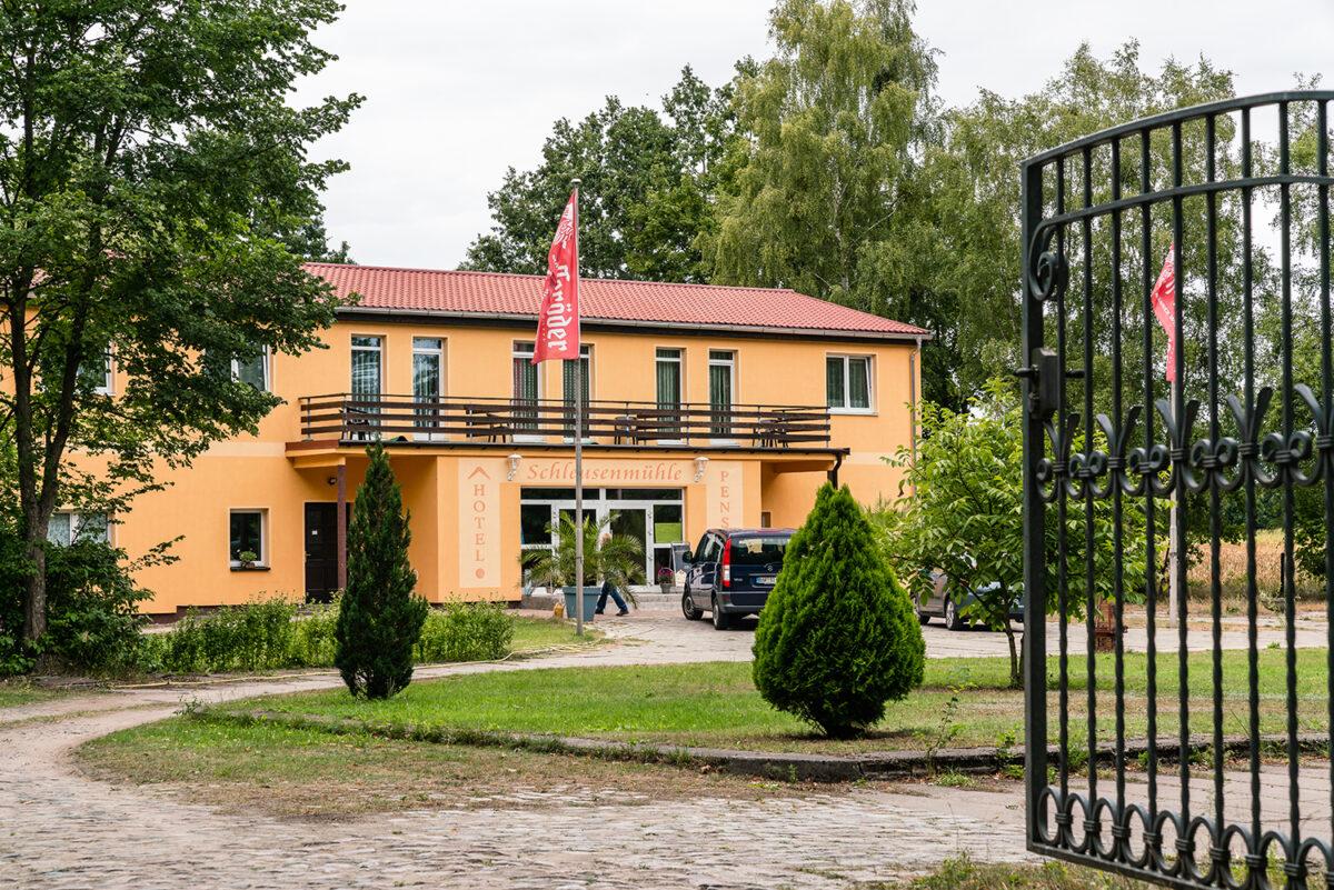 Frontalansicht des Gasthauses und Hotels Schleusenmühle in Marienwerder, Ortsteil Ruhlsdorf, im schönen Naturpark Barnim, Barnimer Land, Brandenburg.
