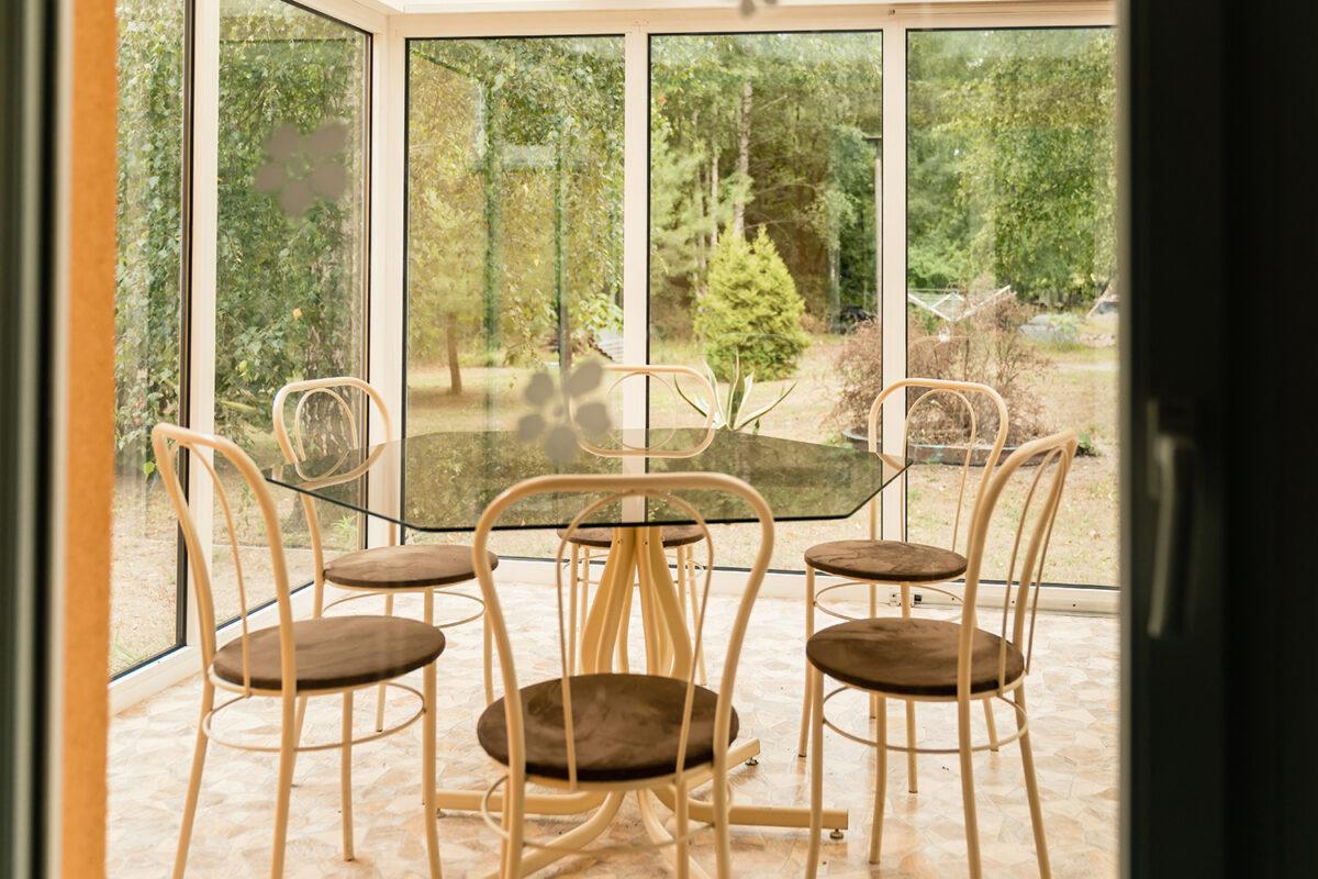 Ein Tisch im Gastraum des Gasthauses und Hotels Schleusenmühle in Marienwerder, Ortsteil Ruhlsdorf, im schönen Naturpark Barnim, Barnimer Land, Brandenburg.