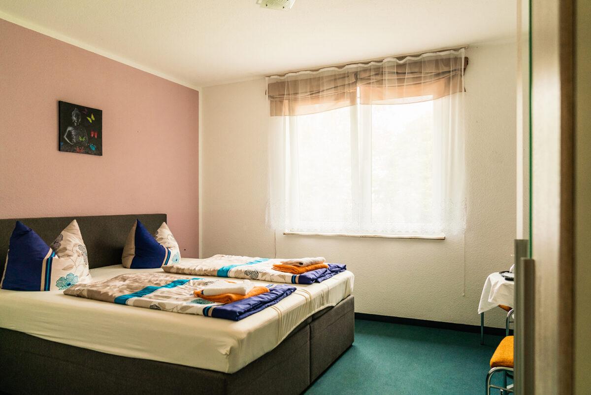 Ein Doppelzimmer des Gasthauses und Hotels Schleusenmühle in Marienwerder, Ortsteil Ruhlsdorf, im schönen Naturpark Barnim, Barnimer Land, Brandenburg.