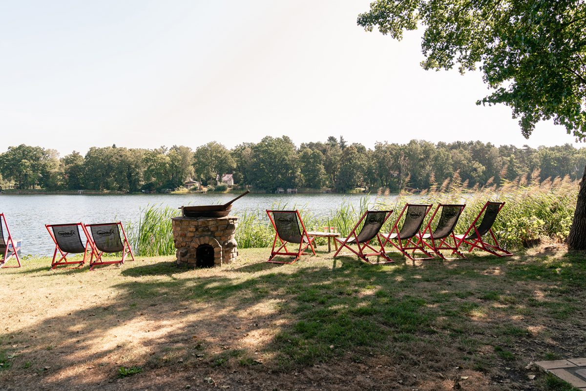 Liegestühle der Fischerstube am Stolzenhagener See in Wandlitz, Ortsteil Stolzenhagen, im schönen Naturpark Barnim, Barnimer Land, Brandenburg.
