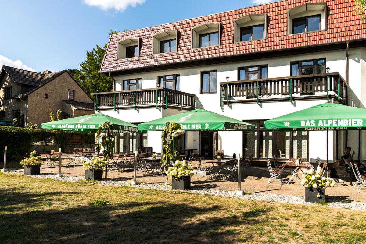 Der Außenbereich des Waldhotels Wandlitz **** in Wandlitz, im schönen Naturpark Barnim, Barnimer Land, Brandenburg.