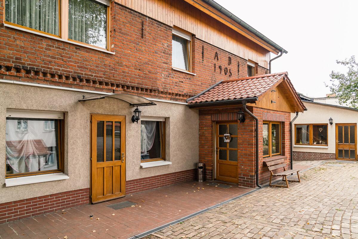 Der Außenbereich des Gasthofs Bergquelle in Wandlitz, Ortsteil Klosterfelde, im schönen Naturpark Barnim, Barnimer Land, Brandenburg.