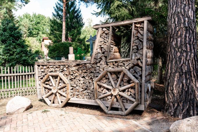 Die Außenanlage des Ferienhauses Daul mit zwei Ferienwohnungen in Wandlitz, Ortsteil Stolzenhagen, im schönen Naturpark Barnim, Barnimer Land, Brandenburg.