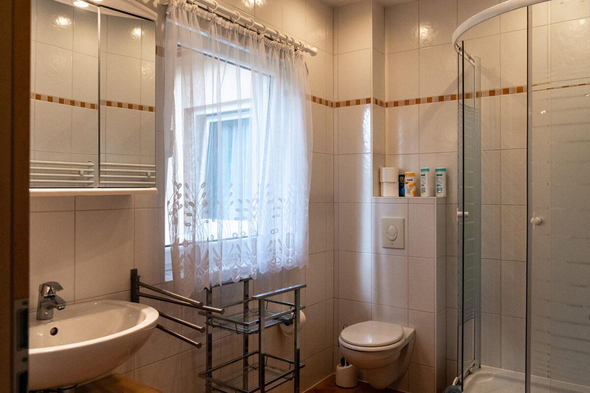 Das Badezimmer in einer der beiden Ferienwohnungen des Ferienhauses Daul in Wandlitz, Ortsteil Stolzenhagen, im schönen Naturpark Barnim, Barnimer Land, Brandenburg.