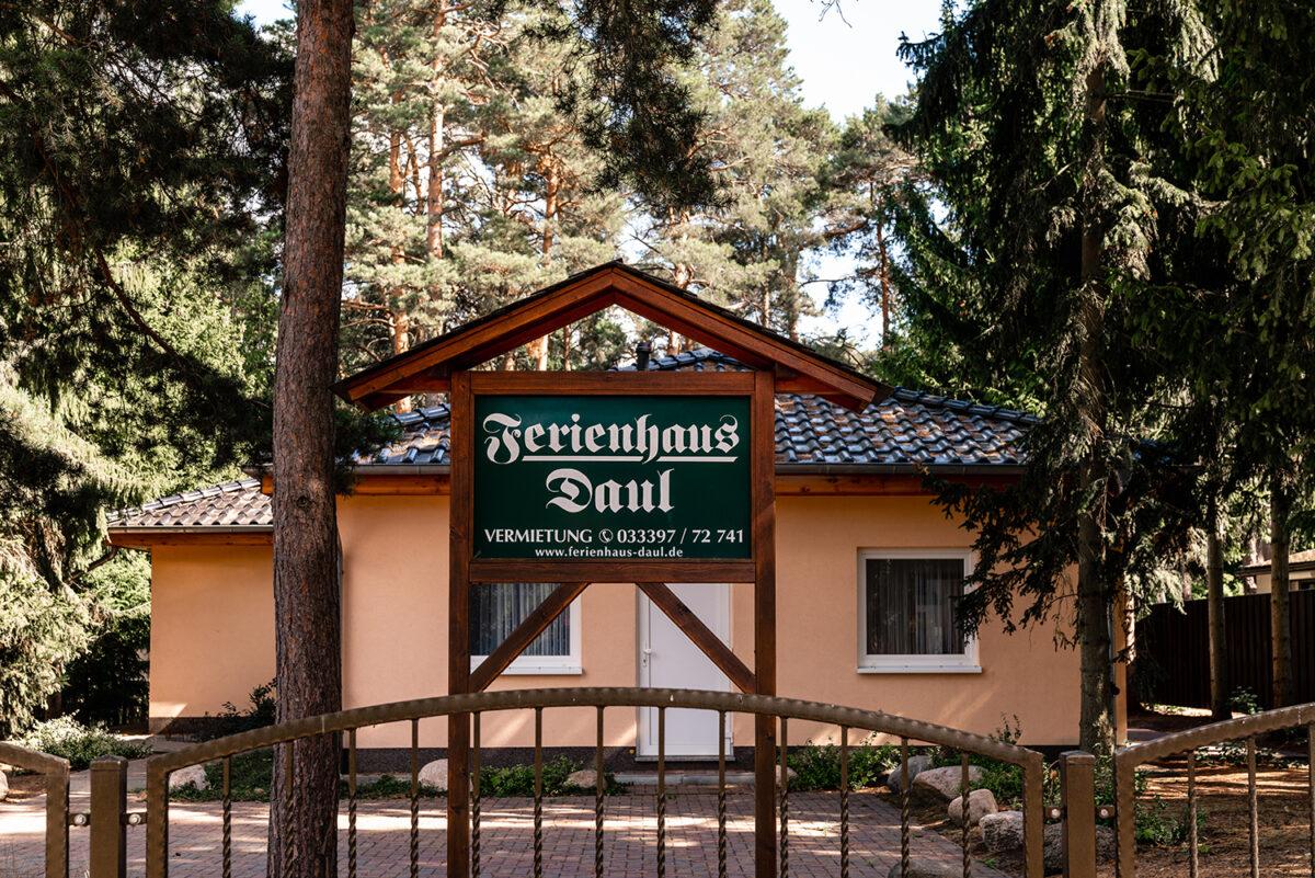 Das Eingangstor des Ferienhauses Daul mit zwei Ferienwohnungen in Wandlitz, Ortsteil Stolzenhagen, im schönen Naturpark Barnim, Barnimer Land, Brandenburg.