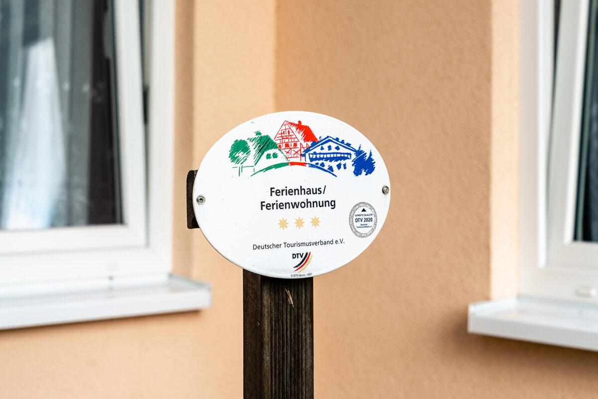 Schild am Ferienhaus Daul mit zwei Ferienwohnungen in Wandlitz, Ortsteil Stolzenhagen, im schönen Naturpark Barnim, Barnimer Land, Brandenburg.