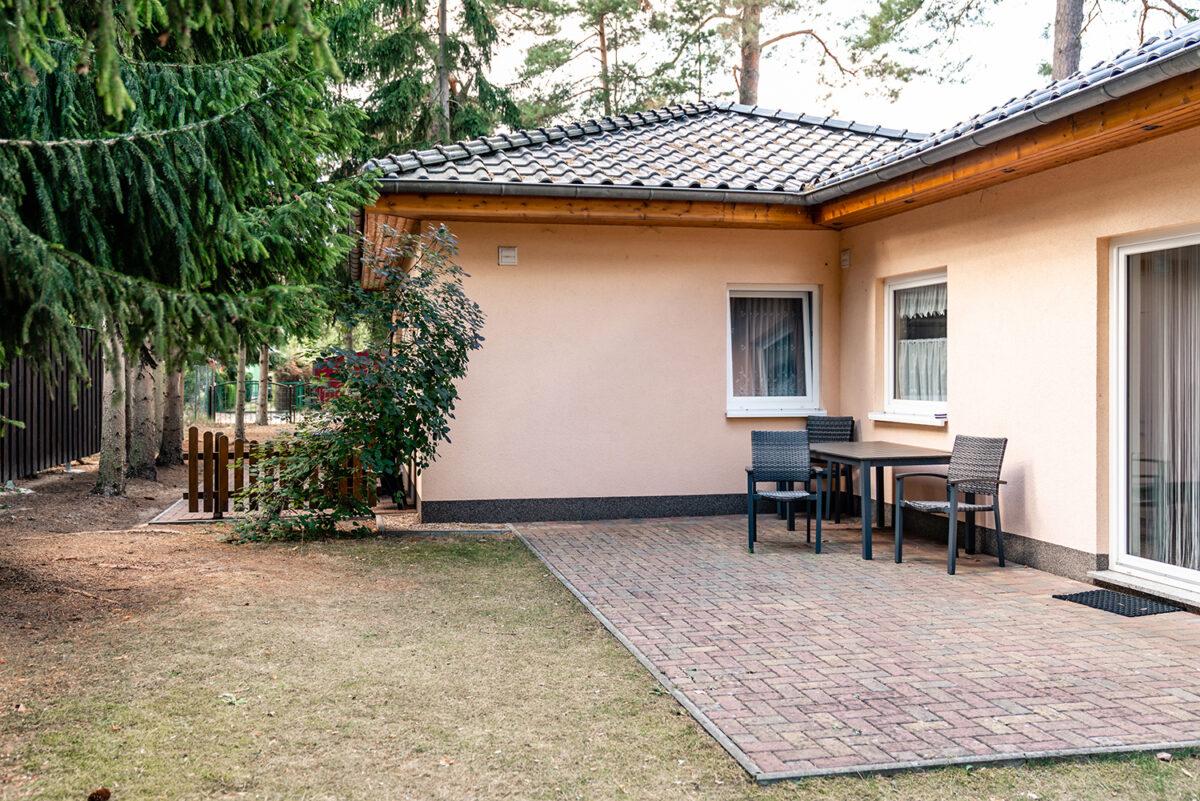 Die Terrasse des Ferienhauses Daul mit zwei Ferienwohnungen in Wandlitz, Ortsteil Stolzenhagen, im schönen Naturpark Barnim, Barnimer Land, Brandenburg.