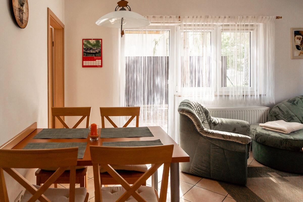 Der Wohnbereich in einer der beiden Ferienwohnungen des Ferienhauses Daul in Wandlitz, Ortsteil Stolzenhagen, im schönen Naturpark Barnim, Barnimer Land, Brandenburg.