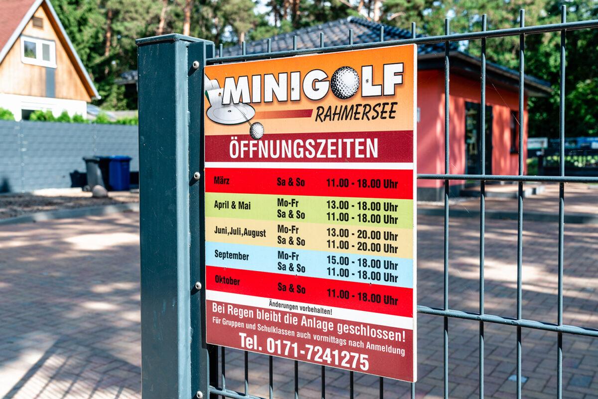 Ein Infoschild mit den Öffnungszeiten der Minigolfanlage am Rahmersee in Wandlitz, Ortsteil Stolzenhagen, im schönen Naturpark Barnim, Barnimer Land, Brandenburg.