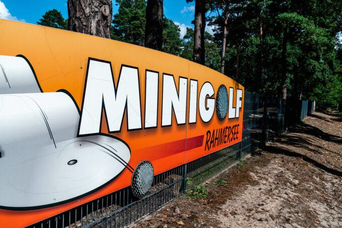 Das Schild der Minigolfanlage am Rahmersee in Wandlitz, Ortsteil Stolzenhagen, im schönen Naturpark Barnim, Barnimer Land, Brandenburg.