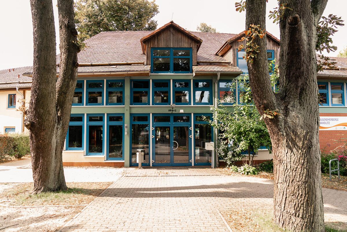Der Eingangsbereich der Jugendherberge in Wandlitz, im schönen Naturpark Barnim, Barnimer Land, Brandenburg.