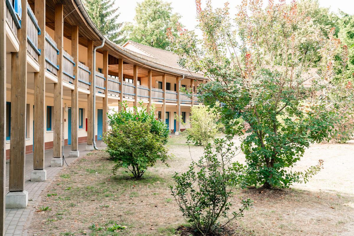 Der Laubengang der Jugendherberge in Wandlitz, im schönen Naturpark Barnim, Barnimer Land, Brandenburg.