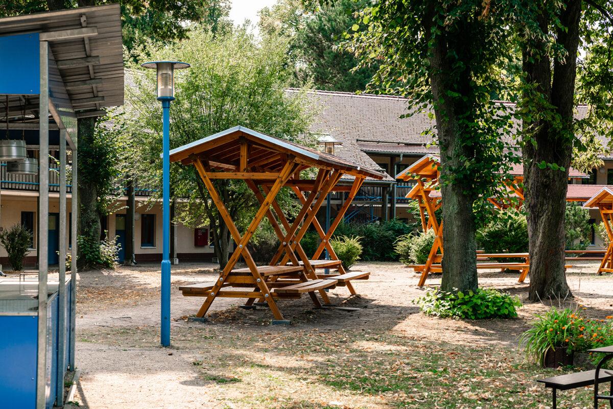 Unterstände im Außenbereich der Jugendherberge in Wandlitz, im schönen Naturpark Barnim, Barnimer Land, Brandenburg.