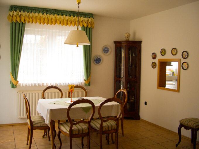 Das Esszimmer des Ferienhauses am kleinen Wäldchen in Wandlitz, Ortsteil Schönwalde, im schönen Naturpark Barnim, Barnimer Land, Brandenburg.