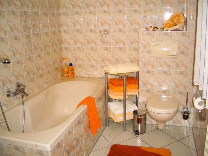 Das Badezimmer des Ferienhauses am kleinen Wäldchen in Wandlitz, Ortsteil Schönwalde, im schönen Naturpark Barnim, Barnimer Land, Brandenburg.