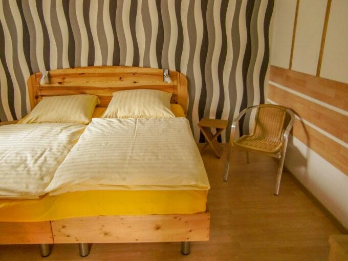 Das Schlafzimmer des Ferienbungalows Setz in Wandlitz, im schönen Naturpark Barnim, Barnimer Land, Brandenburg.