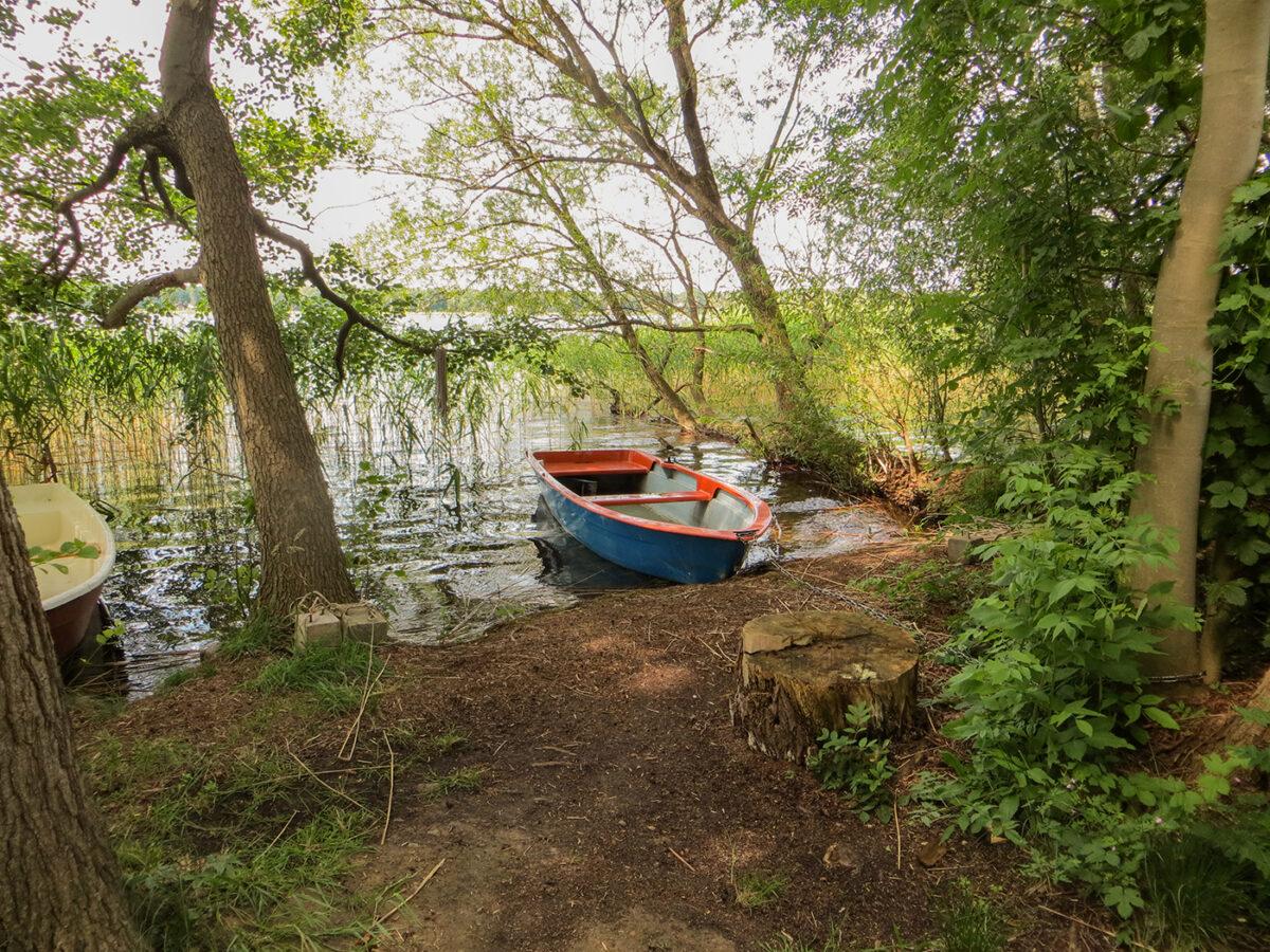 Das Ruderboot des Ferienhauses PAI in Wandlitz am Wandlitzer See, im schönen Naturpark Barnim, Barnimer Land, Brandenburg.