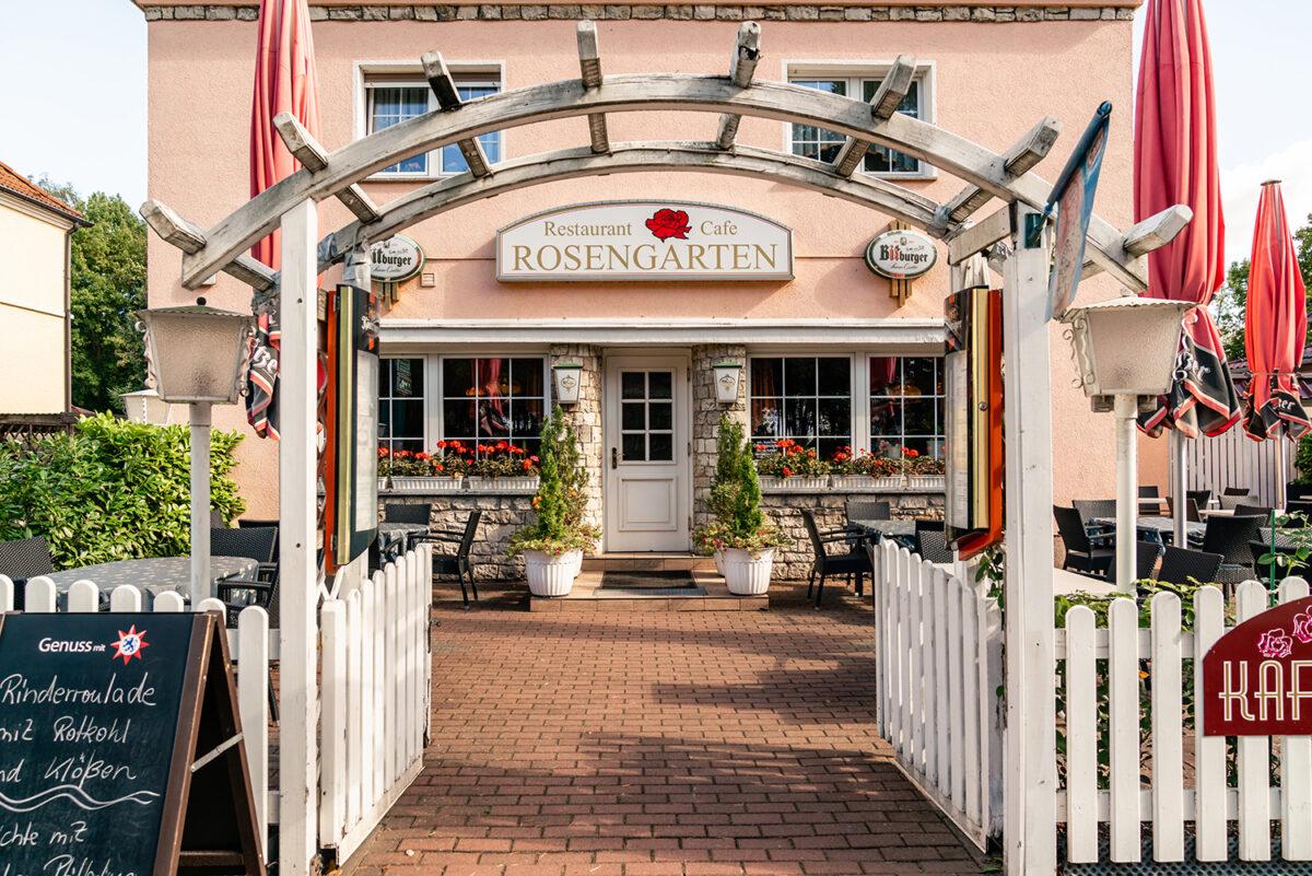 Der Eingangsbereich des Cafés und Restaurants Rosengarten in Wandlitz, im schönen Naturpark Barnim, Barnimer Land, Brandenburg.