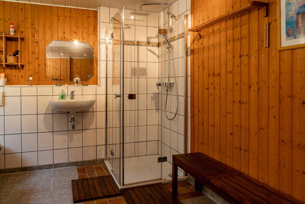 Eine Dusche in der Sauna am See in Wandlitz, im schönen Naturpark Barnim, Barnimer Land, Brandenburg.