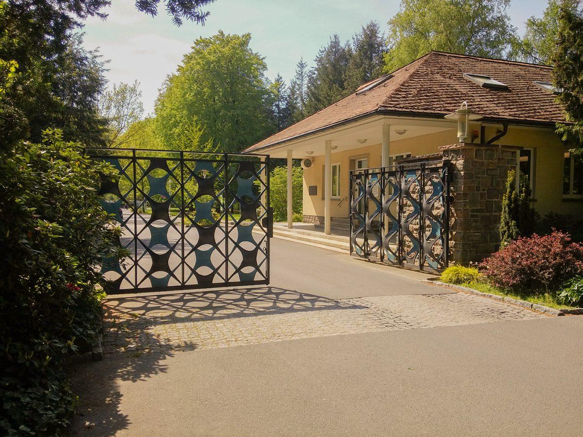 Das Haupttor der Waldsiedlung Wandlitz im schönen Naturpark Barnim, Barnimer Land, Brandenburg.