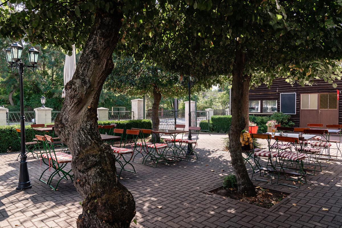 Der Außenbereich des Hotels und Restaurants Zur Waldschänke am Rahmersee in Wandlitz, im schönen Naturpark Barnim, Barnimer Land, Brandenburg.