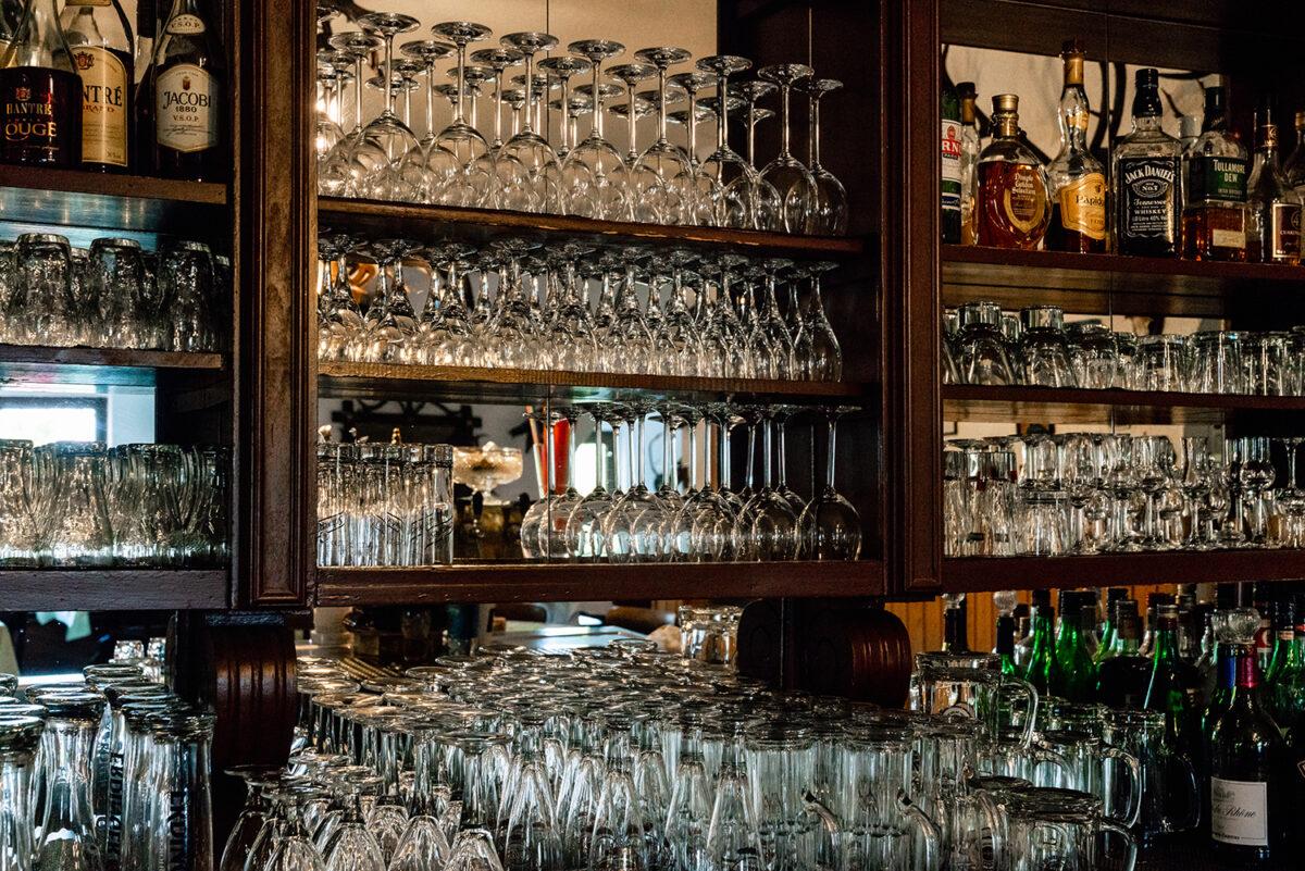 Die Bar des Hotels und Restaurants Zur Waldschänke am Rahmersee in Wandlitz, im schönen Naturpark Barnim, Barnimer Land, Brandenburg.