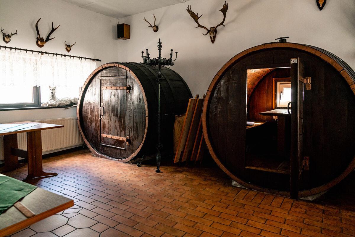 Die Grillhalle des Hotels und Restaurants Zur Waldschänke am Rahmersee in Wandlitz, im schönen Naturpark Barnim, Barnimer Land, Brandenburg.