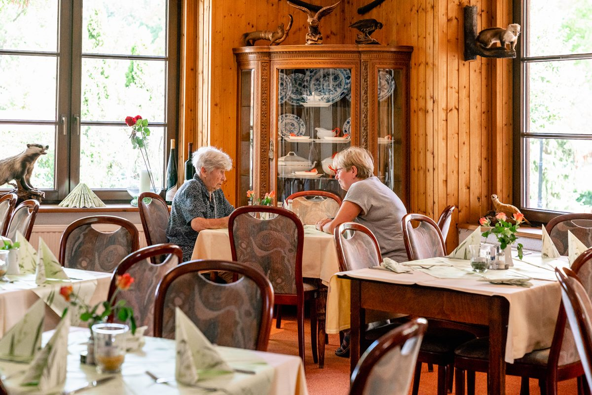 Gäste im Innenbereich des Hotels und Restaurants Zur Waldschänke am Rahmersee in Wandlitz, im schönen Naturpark Barnim, Barnimer Land, Brandenburg.