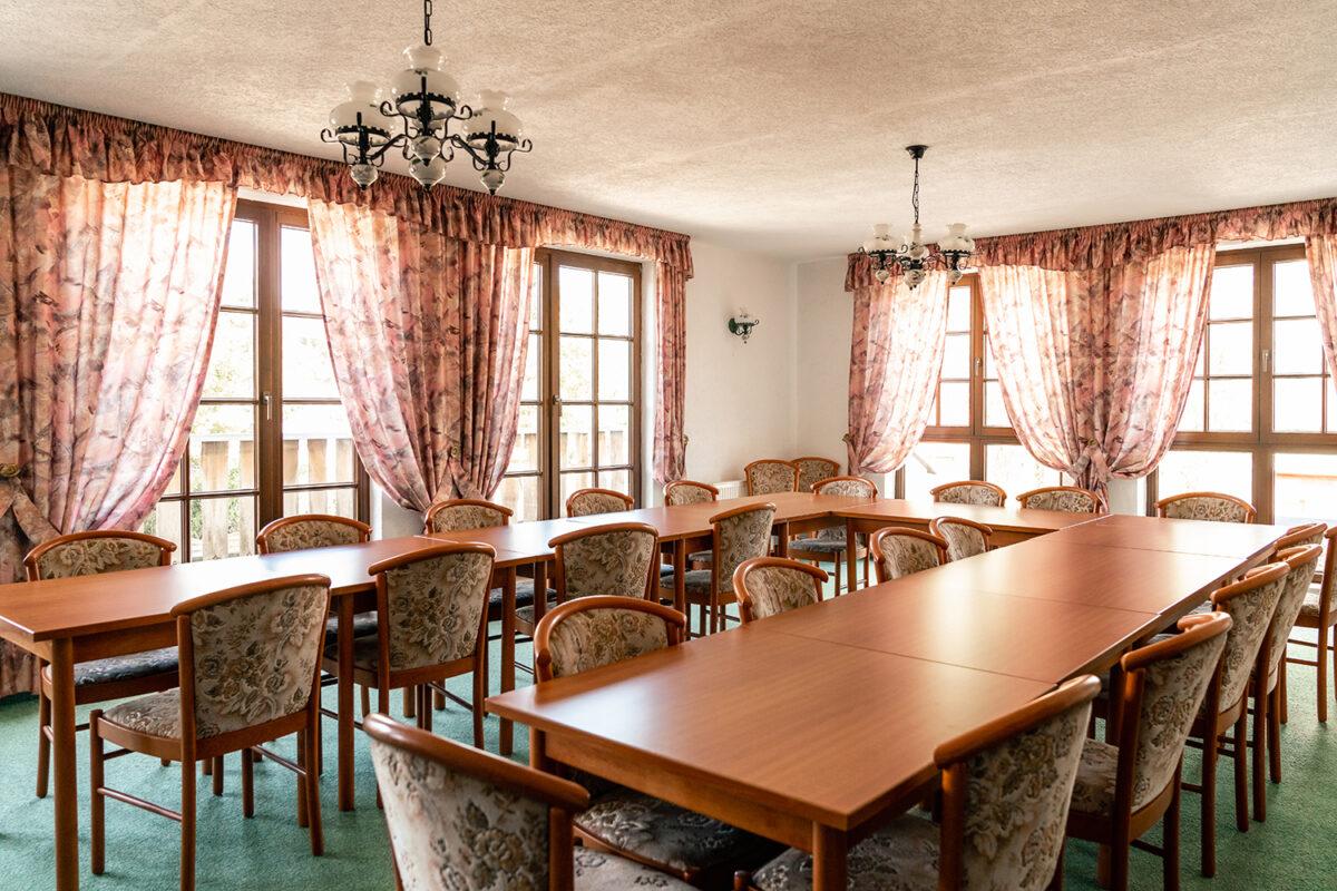 Ein Veranstaltungsraum des Hotels und Restaurants Zur Waldschänke am Rahmersee in Wandlitz, im schönen Naturpark Barnim, Barnimer Land, Brandenburg.