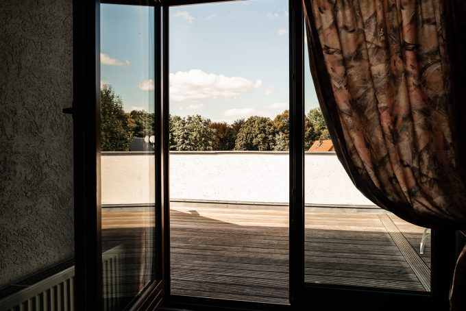 Der Balkon eines Hotelzimmers des Hotels und Restaurants Zur Waldschänke am Rahmersee in Wandlitz, im schönen Naturpark Barnim, Barnimer Land, Brandenburg.