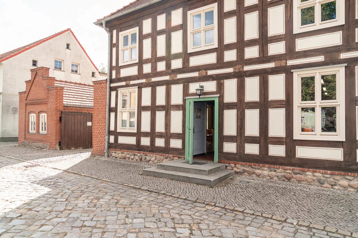 Der Außenbereich der Galerie im Alten Rathaus von Biesenthal im schönen Naturpark Barnim, Barnimer Land, Brandenburg.