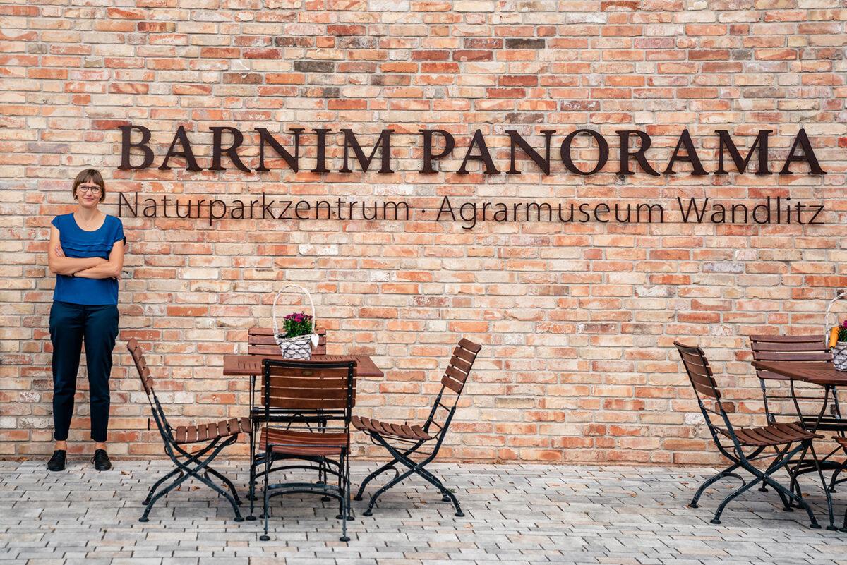 Leiterin Dr. Elke Kimmel vor dem Wandlitzer Barnim Panorama, im schönen Naturpark Barnim, Barnimer Land, Brandenburg.