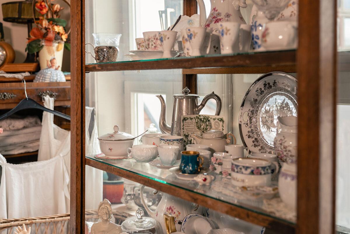 Porzellan und andere historische Ausstellungsstücke in der Heimatstube Biesenthal im Alten Rathaus von Biesenthal, im schönen Naturpark Barnim, Barnimer Land, Brandenburg.