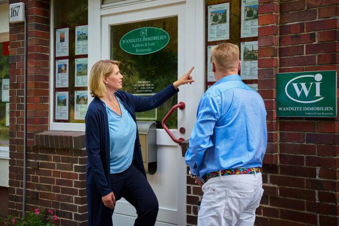 Die Immobilienmakler Kathrin und Lutz Brosowski vor dem Geschäft von Wandlitz Immobilien in Wandlitz, im schönen Naturpark Barnim, Barnimer Land, Brandenburg.