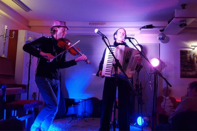 Duo Myosotis: Isabel Neuenfeld und Giovanni Reber treten auf beim Georges Brassens Festival in Basdorf, Wandlitz, im schönen Naturpark Barnim, Barnimer Land, Brandenburg.