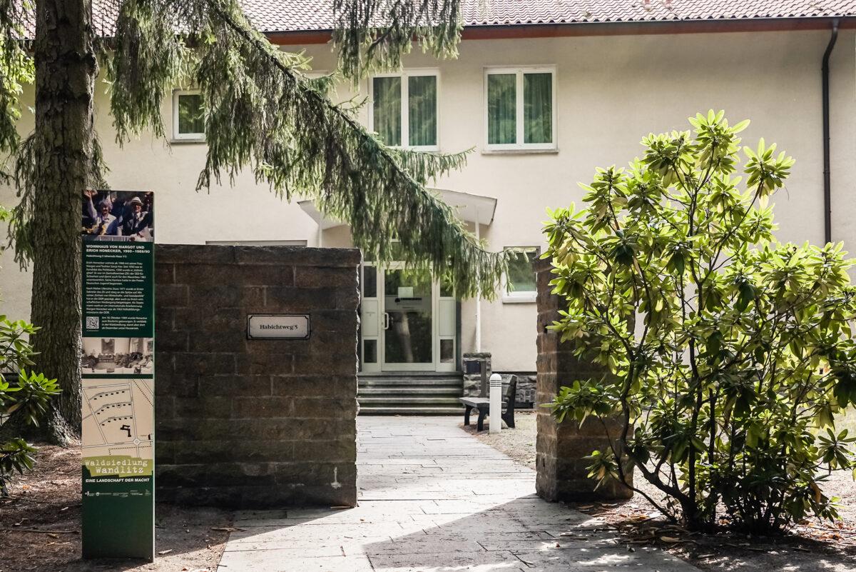 Der Eingang des ehemaligen Wohnhauses von Margot und Erich Honecker in der Waldsiedlung Wandlitz, im Naturpark Barnim, Barnimer Land, Brandenburg.
