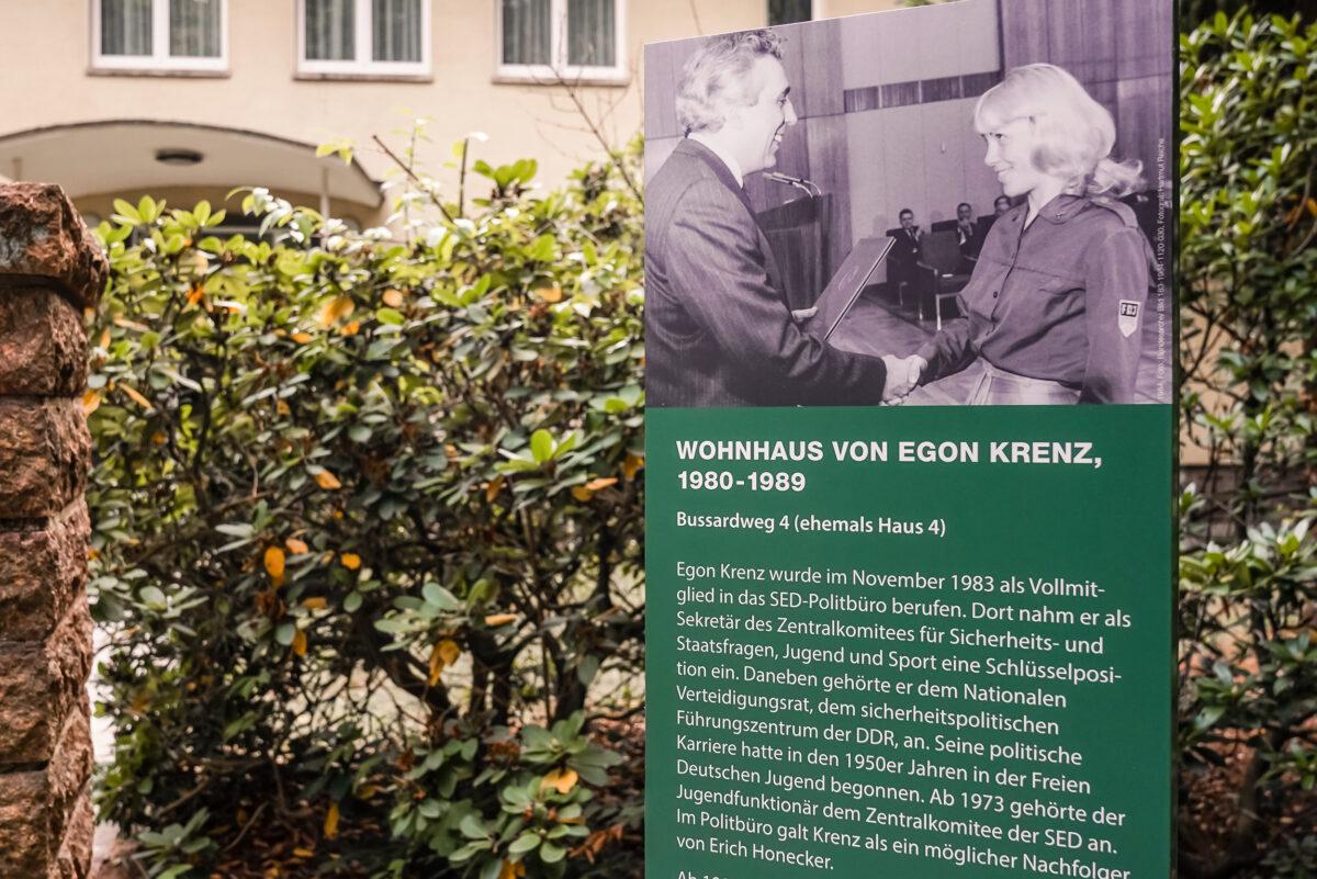 Die Infotafel am ehemaligen Wohnhaus von Egon Krenz im Bussardweg 4 in der Waldsiedlung Wandlitz, im Naturpark Barnim, Barnimer Land, Brandenburg.