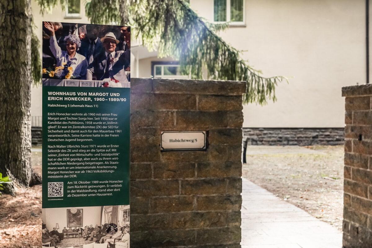 Die Infotafel am ehemaligen Wohnhaus von Margot und Erich Honecker in der Waldsiedlung Wandlitz, im Naturpark Barnim, Barnimer Land, Brandenburg.