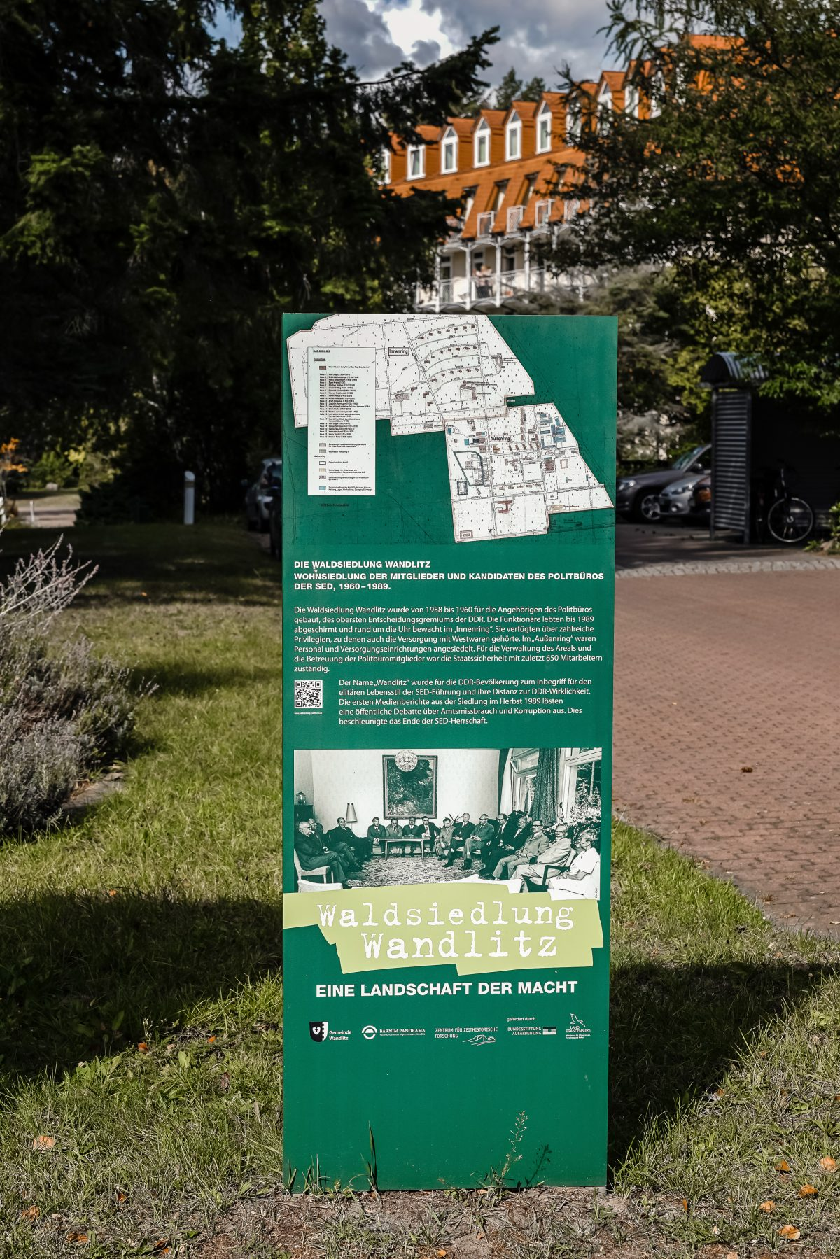 Leitsystem mit QR Code zum Abruf von wichtigen Informationen zur ehemaligen Waldsiedlung Wandlitz, im Naturpark Barnim, Barnimer Land, Brandenburg.