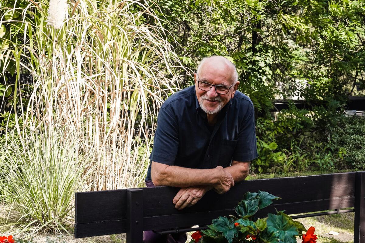 Künstler Manfred Zémsch im Garten, wohnhaft in Wandlitz, Ortsteil Stolzenhagen, im Naturpark Barnim, Barnimer Land, Brandenburg.