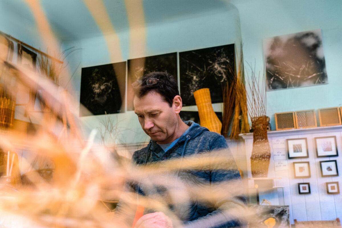 Korbmachermeister Fred Jacob, wohnhaft in Wandlitz, Ortsteil Stolzenhagen, im Naturpark Barnim, Barnimer Land, Brandenburg, in seinem Atelier / seiner Werkstatt in Berlin.