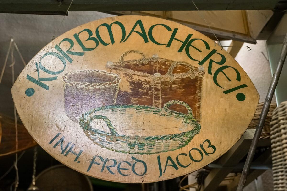 Schild des Ateliers vom Korbmachermeister Fred Jacob, wohnhaft in Wandlitz, Ortsteil Stolzenhagen, im Naturpark Barnim, Barnimer Land, Brandenburg.